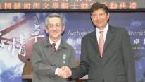 法国在台协会包主任美城2011年4月22日颁赠王文兴教授法国艺术与寵物籃